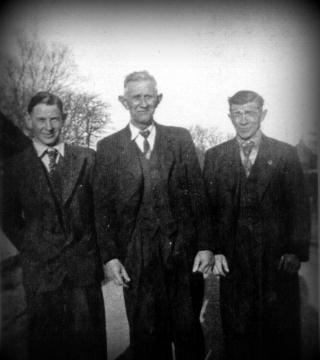 Hans Sophus Alexander Nielsen i midten med svigersøn Peder Pedersen til højre og barnebarn Hans Pedersen til venstre