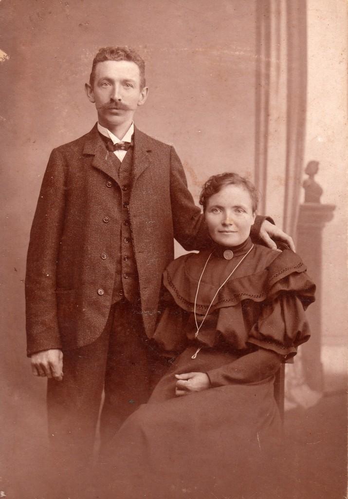 Marie Christine Pedersen, født 1871 i Nakskov, formodentlig sammen med sin mand, Christen Larsen. Billedet er taget i Hillerød.