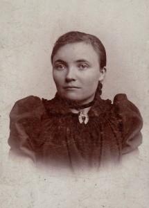 Ungdomsbillede af Marie Christine Pedersen, født 1871 i Nakskov. Billedet er taget i Nyborg formodentlig i perioden 1892-1896, hvor hun er i begyndelsen af 20'erne.