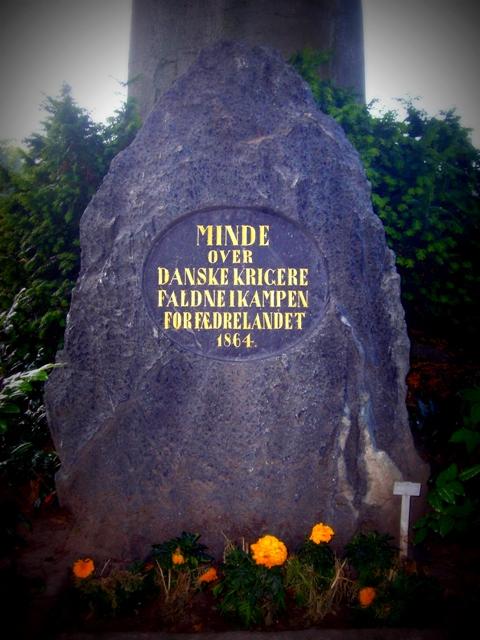 Mindesten over de faldne i krigen 1864 på Sønderborg kirkegård.