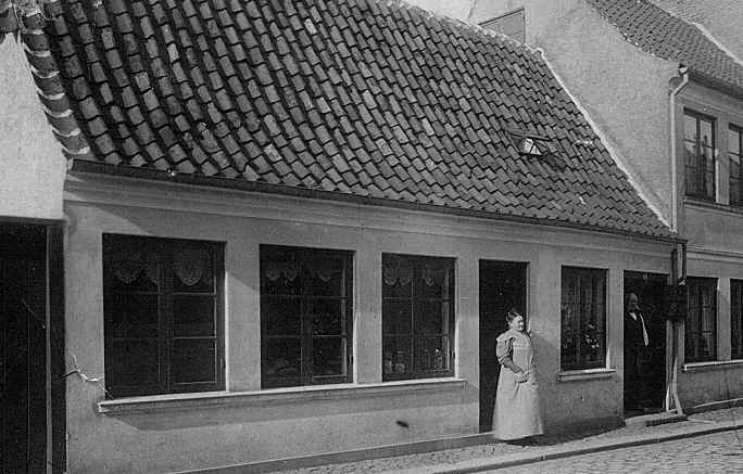 Mathilde Nicoline Gudbjerg og Carl Flindt foran Brogade 16, Svendborg